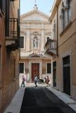 Touristen, die durch die alten Straßen von Verona gehen stockfoto