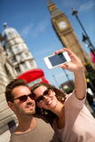 Touristen, die ein Foto in London machen Stockfotografie