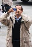 Touristen, die ein Foto mit Digitalkamera machen Stockfotografie