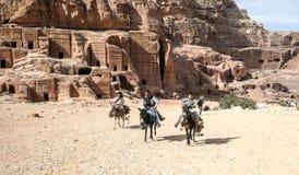 Touristen, die ein Pferd reiten Lizenzfreie Stockfotografie