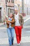Touristen, die eine alte Stadt besichtigen Stockbilder