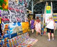 Touristen, die eine Kunstmesse in Havana besuchen Lizenzfreie Stockfotos