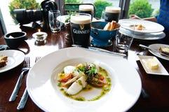 Touristen, die eine Mahlzeit in Howth Irland genießen Lizenzfreie Stockfotos
