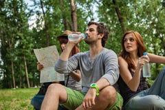 Touristen, die eine Pause machen Lizenzfreies Stockfoto