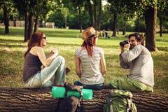 Touristen, die eine Pause machen Stockbild
