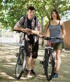 Touristen, die eine Stadtrundfahrt haben Stockfotos
