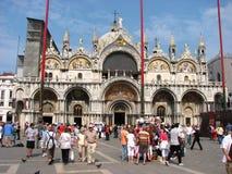 Touristen, die einen perfekten Sommertag in Venedig genießen Stockfotografie