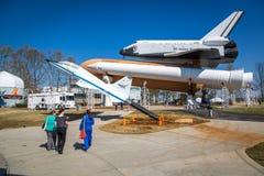 Touristen, die einen Tag des blauen Himmels bei Marshall Space Flight Center in Alabama, USA genießen stockbild