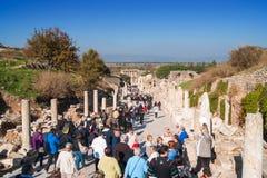 Touristen, die Ephesus besuchen stockbilder