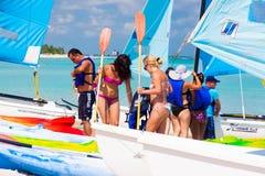 Touristen, die fertig werden in, Kuba zu segeln zu gehen lizenzfreies stockfoto