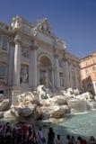 Touristen, die Fontana di Trevi gelegen in Piazza de Trevi in Rom, Italien ansehen stockfoto