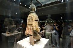 Touristen, die Foto des Terrakotta-Kriegers machen Lizenzfreie Stockfotografie