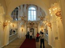 Touristen, die Fotos auf der Treppe an der Einsiedlerei machen Stockbilder