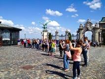 Touristen, die Fotos in Budapest machen Lizenzfreie Stockfotos