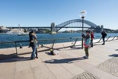 Touristen, die Fotos am Opernhaus machen Stockfoto