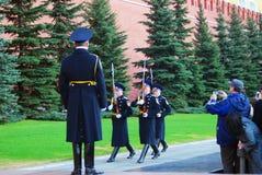 Touristen, die Fotos von marschierenden Soldaten machen Stockbilder