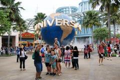 Touristen, die Fotos vor Insel Universal Studioss Sentosa machen stockfotos