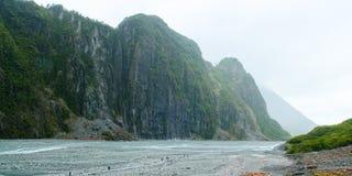 Touristen, die in Fox-Gletscher-Tal, Neuseeland gehen Lizenzfreie Stockbilder