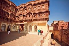 Touristen, die geschnitzte rote Wände Mehrangarh-Forts des 15. Jahrhunderts, Indien aufpassen Lizenzfreie Stockfotos