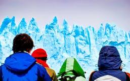 Touristen, die gigantische Eisberge von einem Schiff betrachten Lizenzfreies Stockbild
