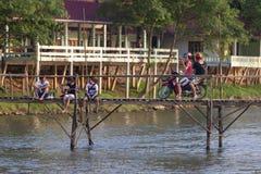 Touristen, die Gitarre und Fotografie auf hölzerner Brücke spielen Lizenzfreies Stockfoto