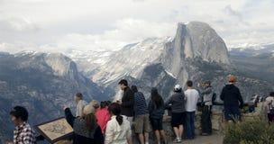 Touristen, die Halfdome ansehen Stockfotos