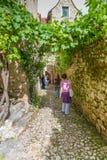 Touristen, die Heiliges-Cirq-Lapopie in Frankreich besuchen Stockfotografie
