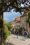 Touristen, die Heiliges-Cirq-Lapopie in Frankreich besuchen Lizenzfreies Stockbild