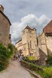 Touristen, die Heiliges-Cirq-Lapopie in Frankreich besuchen Stockbilder