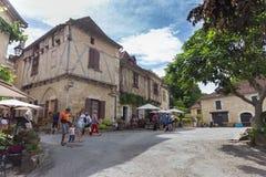 Touristen, die Heiliges-Cirq-Lapopie in Frankreich besuchen Stockbild