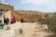 Touristen, die Heiliges Sabba-Kloster nahe Jerusalem, Israel besichtigen Lizenzfreies Stockfoto