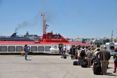 Touristen, die hellenische Seeweg-Fähre verschalen lizenzfreie stockfotos