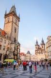 Touristen, die herein vor altem Rathaus gehen Lizenzfreie Stockbilder