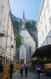 Touristen, die hinunter die Straße Getreidegasse in Salzburg, Aust gehen Stockfotografie