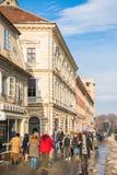 Touristen, die historische alte Mitte besuchen lizenzfreies stockbild