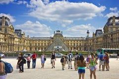 Touristen, die am Hof des Louvre gehen stockfotografie