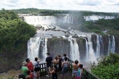 Touristen, die Iguassu-Fälle aufpassen Lizenzfreies Stockbild