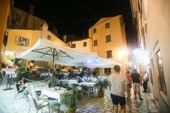 Touristen, die im Restaurant sitzen Lizenzfreie Stockfotografie