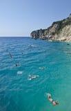 Touristen, die im Türkiswasser schwimmen stockfotografie