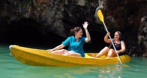 Touristen, die Kajak auf dem Meer in Bali, Indonesien rudern lizenzfreies stockbild