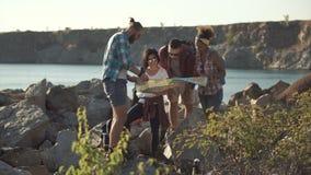 Touristen, die Karte beim Reisen aufpassen stock video