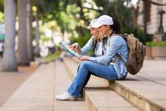 Touristen, die Karte betrachten Lizenzfreie Stockbilder