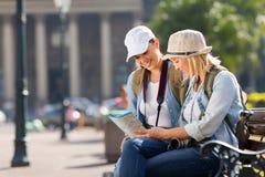 Touristen, die Karte schauen Stockfotografie