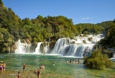 Touristen, die an Krka-Wasserfällen, Kroatien baden Stockbild