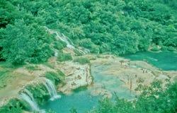 Touristen, die an Krka-Wasserfällen, Kroatien baden Stockfotos