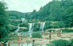 Touristen, die an Krka-Wasserfällen, Kroatien baden Stockfoto