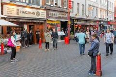 Touristen, die London Chinatown mit chinesischen Restaurants besichtigen und stockbilder