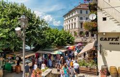 Touristen, die Markt im Freien in der historischen Mitte von Bella Island, eine der Borromean-Inseln von See Maggiore besuchen Lizenzfreie Stockfotografie