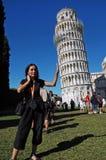 Touristen, die mit dem lehnenden Kontrollturm, Pisa, Italien aufwerfen Stockbilder