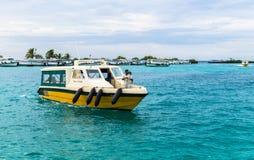Touristen, die mit den Schnellbooten zum internationalen Flughafen von Ibrahim Nasir kommen Stockfotografie